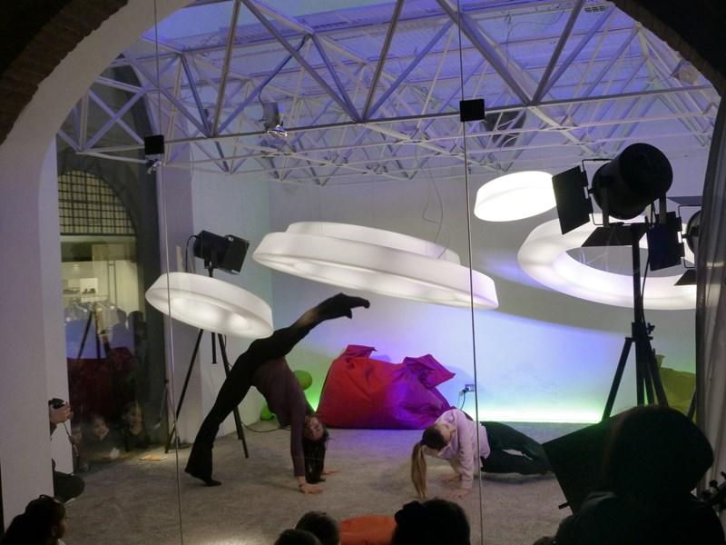 Une invasion dansante au showroom de Lucques